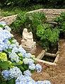 Bulat-Pestivien. Sainte-Anne. Fontaine fleurs 1.jpg