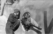 Bundesarchiv Bild 101I-445-1861-19, Nordafrika, Arbeit an Bordwaffen einer Me 210-410