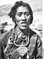 Bundesarchiv Bild 135-KB-12-080, Tibetexpedition, Tibeterin in Tracht.jpg
