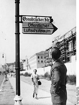 Bundesarchiv Bild 183-E10650, Berlin, Hinweisschild zum Luftschutzraum