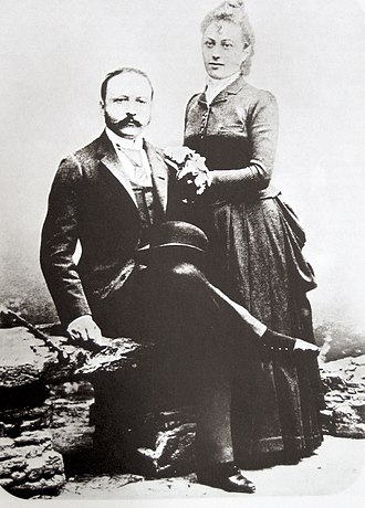 Ritz with wife Marie-Louise in 1888. They had two sons. Cesar und Marie-Louise Ritz 1888.jpg