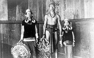 Kenyah people - Image: COLLECTIE TROPENMUSEUM Een Kenyah familie Borneo T Mnr 10005528