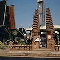 COLLECTIE TROPENMUSEUM Gespleten poort op de jaarbeurs op het Merdeka-plein TMnr 20025842.jpg