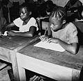 COLLECTIE TROPENMUSEUM Leerlingen uit klas 6a van de United School te Omu-Aran omgeving Aran Orin TMnr 20016953.jpg