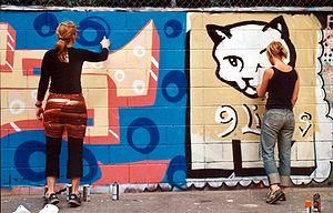 Apesar de ser considerada por alguns como uma expressão artística, o grafite pode contribuir para a degradação visual de área da cidade.