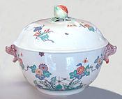 Porcelana de Chantilly con decoración Kakiemon japonesa.