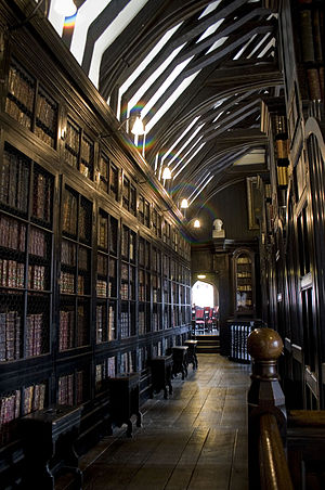 English: One of the aisles inside Chetham's Li...