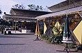 Collectie NMvWereldculturen, TM-20019433, Dia- Eén van de tentoonstellingsgebouwtjes op het Monasterrein in Jogjakarta., Henk van Rinsum, 1985.jpg