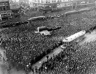 Berkey v. Third Avenue Railway Co. - Image: Crowd gathers for updates to 1920 World Series