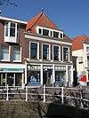 foto van Laat-middeleeuws bouwlichaam op de hoek van de Molsteeg. Hoog schilddak. Voorgevel onder rechte lijst