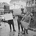 Demonstranten met borden tegen het bezoek van President De Gaulle te Amsterdam, Bestanddeelnr 914-9315.jpg