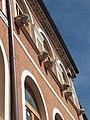 Dettaglio esterno delle finestre del palazzo Gaeta.jpg