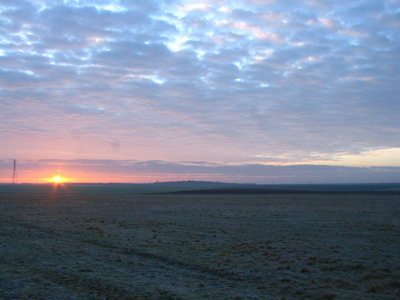 Campagne berrichonne au lever du jour, par une matinée d'hiver.