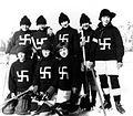 Equipo de Hockey femenino The Fernie Swastikas (Fernie, 1922).jpg