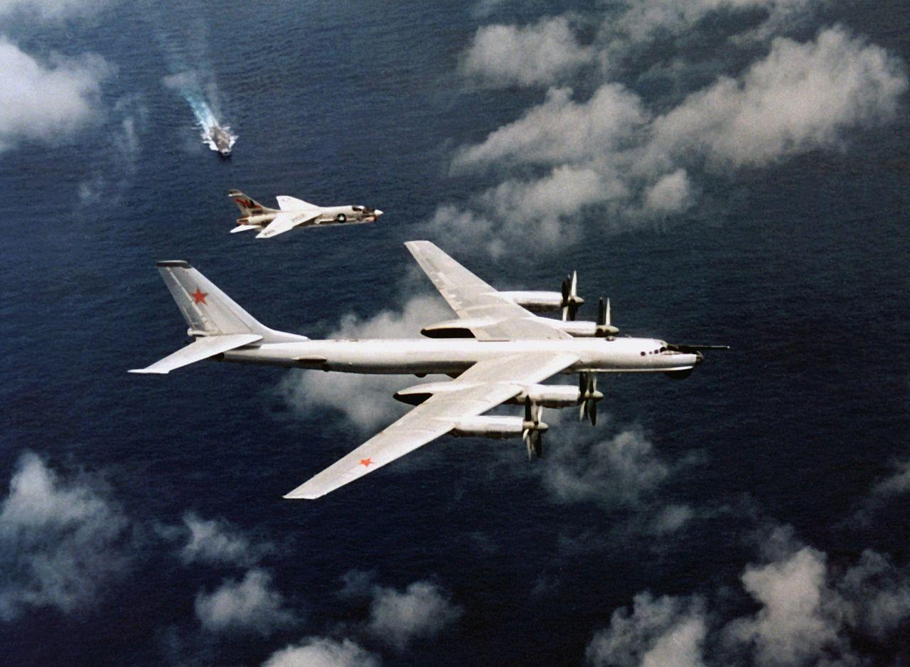 На снимке самолет с Орискани (корабль виден сзади на снимке) патрулирует советский Ту-95