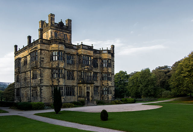 Gawthorpe Hall is an Elizabethan country house on the banks of the River Calder, in Padiham, in the Borough of Burnley, Lancashire, England. Gawthorpe Hall's origins are in a pele tower, a strong fortification built by the Shuttleworths in the 14th century as a defence against invading Scots. Image by Valdas1964, used under a CC BY-SA 4.0 licence.