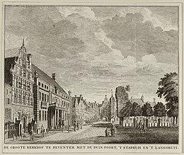 Gezicht op De Groote Kerkhof te Deventer met de Duin-Poort, 't stadhuis en 't landshuis. NL-HlmNHA 1477 53012002.JPG