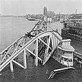 Gezicht op Dordrecht Op de voorgrond vernielde stadsbrug, Bestanddeelnr 900-5281.jpg