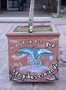 Grafito con las últimas palabras de Lepratti y su símbolo: un ángel en una bicicleta