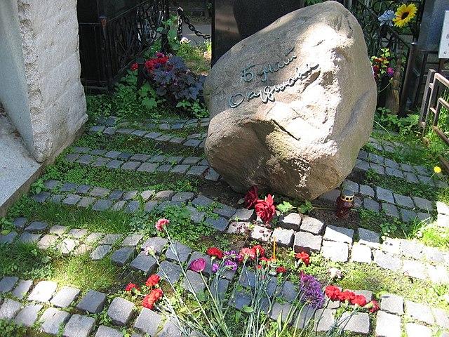 Памятник на могиле Окуджавы, Ваганьковское кладбище