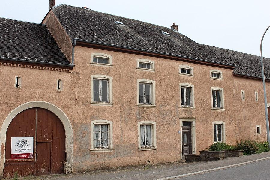 Haus op Nummer 13 an der Ettelbréckerstrooss zu Grousbus, zënter dem 29. Mee 2009 als nationaalt Monument klasséiert.