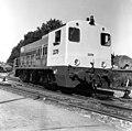 HUA-166581-Afbeelding van de diesel-electrische locomotief nr. 2279 (serie 2200-2300) van de N.S. in de nieuwe geel-grijze huisstijl op het terrein van de Hoofdwerkplaats van de N.S. te Tilburg.jpg