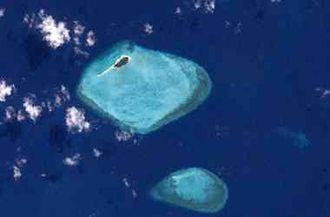 Halfway Island (Queensland) - Satellite image of Halfway Island (top) and Kodnasem Reef