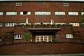 Heinemanhof Hanover, parallel zur Fassade verlaufende zweiarmige Rampe vor dem mittigen Eingangsvorbau.jpg