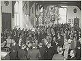 Het 100-jarig bestaan van de Koninklijke HFC werd geviers met een receptie in de Gravenzaal van het stadhuis. Prins Bernhard hief het glas met bestuursleden van de K.HFC en burgemeester Reeh, NL-HlmNHA 54010963.JPG