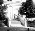 Hommes sur un escalier devant une maison de maître (7165618185).jpg