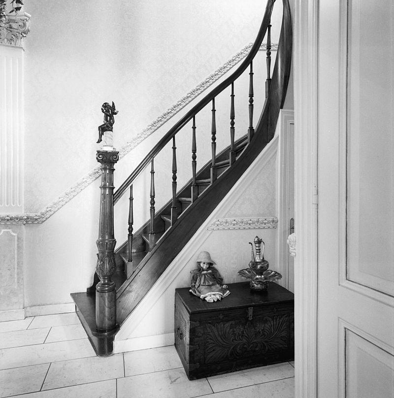 Herenhuis in een mengsel van art nouveau en chaletstijl in maastricht monument - Interieur houten trap ...