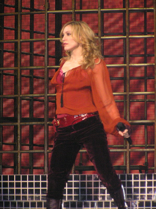 61635e3b4 مادونا في إحدي حفلات جولة Confessions Tour .