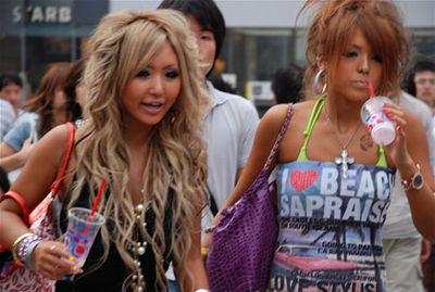 金髪の巻き髪と茶髪のギャル達(写真は2007年ごろ)