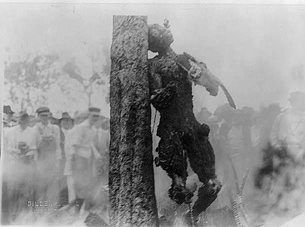Du Bois included photographs of the lynching of Jesse Washington in the June 1916 issue of The Crisis. Jesse Washington hanging.jpg