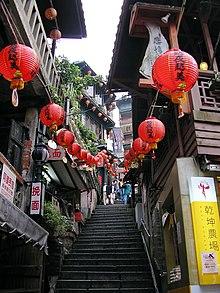 Jiufen, una città di Taiwan, ispirò il design della scalinata che conduce alle terme.[8]