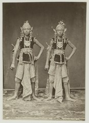 KITLV 19615 - Kassian Céphas - Two Javanese dancers near the regent to Yogyakarta during sekaten (festival on the birthday of the Prophet) - 1901-03-1902-07.tif