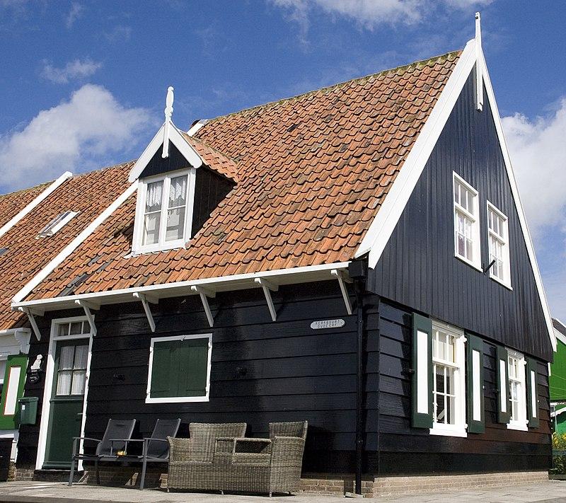 Houten huis onder zadeldak in marken monument - Houten huis ...