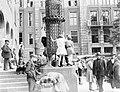 Kinderen op een lantarenpaal op het beursplein, Bestanddeelnr 252-1455.jpg