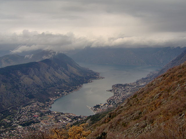 http://upload.wikimedia.org/wikipedia/commons/thumb/1/12/Kotor%2C_Montenegro%2C_Boka_Kotorska.jpg/640px-Kotor%2C_Montenegro%2C_Boka_Kotorska.jpg?uselang=ru