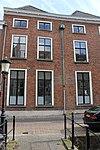foto van Twee huizen met rechte kroonlijst in flauwe bocht