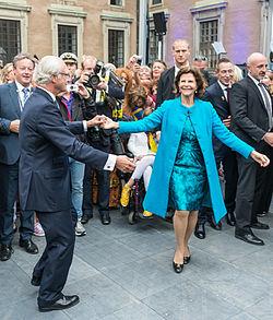 e720b9f8ff7e Kungen firar 40 år på tronen och bjuder upp drottning Silvia till en  spontan dans på inre borggården på Stockholms slott.