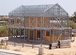 Moradia construída segundo o sistema Light Steel Framing podendo observar-se o esqueleto metálico antes da aplicação do revestimento estrutural.