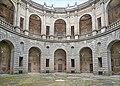 La cour circulaire intérieure (Palais Farnese, Caprarola, Italie) (39911971770).jpg