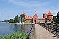 Le château de Trakai et le lac Galvé (Lituanie).jpg