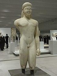 Français: Jeune homme nu (couros): statue provenant du sanctuaire d'Asclépios, dieu de la Médecine