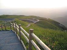 Le chemin aménagé de la partie sommitale du sommet