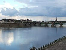 https://upload.wikimedia.org/wikipedia/commons/thumb/1/12/Loire_River_Blois.jpg/220px-Loire_River_Blois.jpg