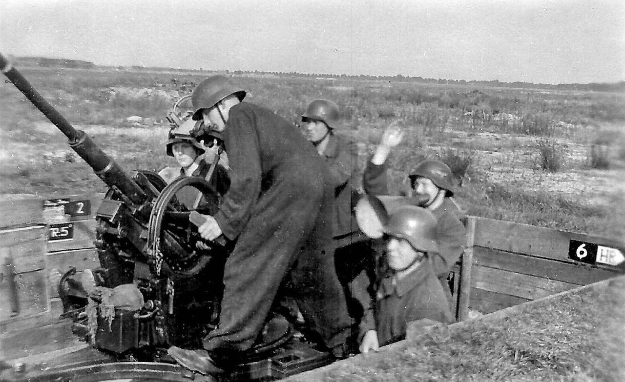 File:Luftwaffenhelfer im Einsatz an der 2-cm-Flak 38.jpg - Wikimedia Commons