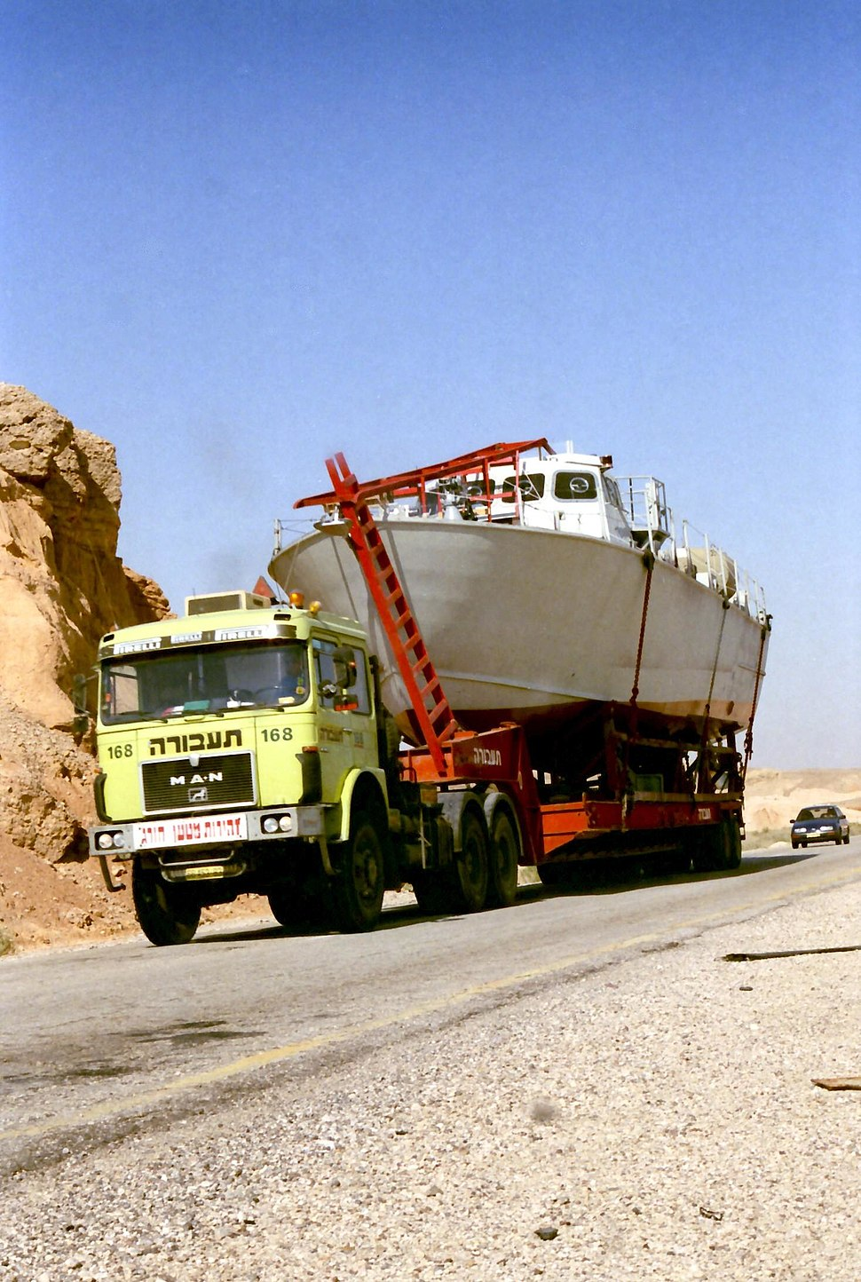 MAN Truck with patrol boat in the Negev on its way to Eilat