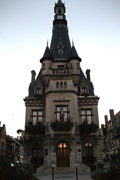 Mairie de Fismes, sa façade vue de l'est.